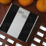 Crno bela poklon kutija sa čokoladicama