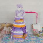 Ljubičasti zeka sa mašnicama poklon torta od pelena